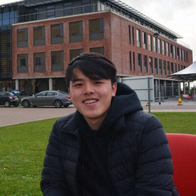Du học sinh học chuyên ngành Quản trị kinh doanh tại Đại học Swansea